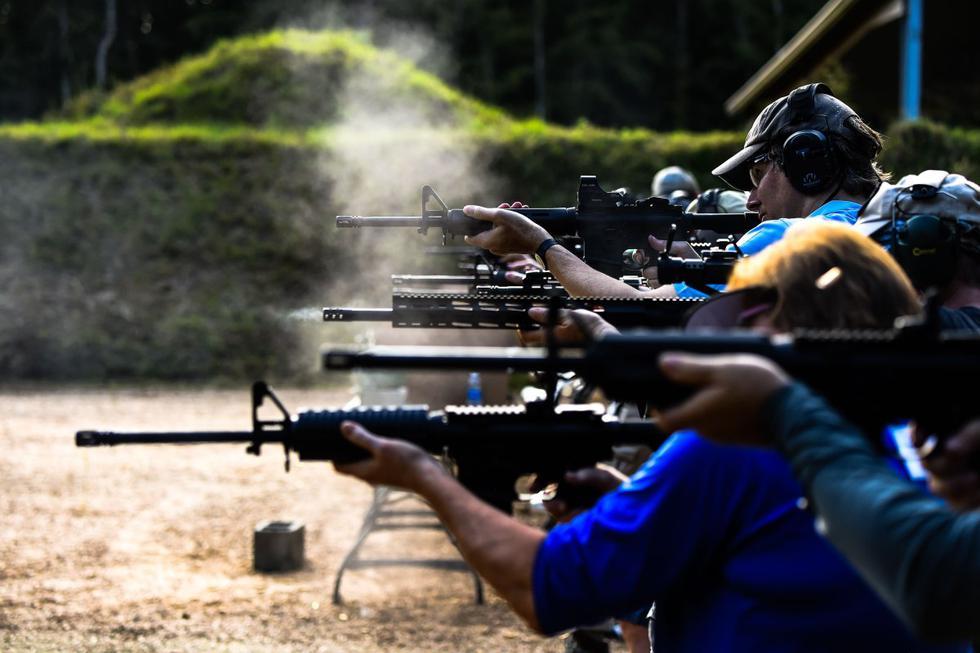 Los ciudadanos disparan rifles semiautomáticos AR-15 durante un curso de tiro en la Academia de Armas de Fuego Boondocks en Jackson, Mississippi (Estados Unidos). (AFP / CHANDAN KHANNA).