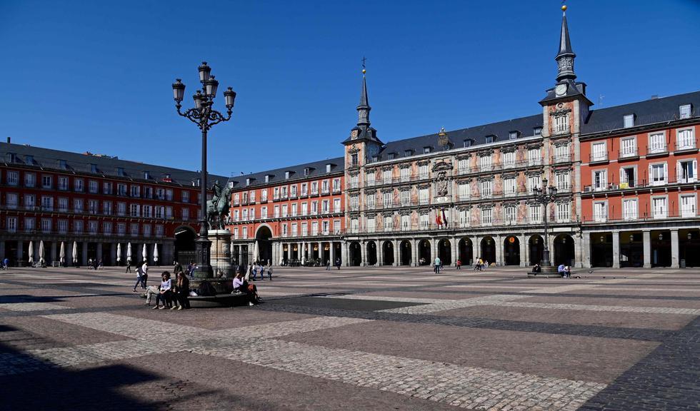 Pocas personas caminan en la Plaza Mayor de Madrid, generalmente abarrotada.Las autoridades regionales ordenaron cerrar todas las tiendas desde hoy hasta el 26 de marzo, a excepción de los que venden alimentos, químicos y estaciones de servicio, para frenar propagación del coronavirus. (AFP / JAVIER SORIANO).
