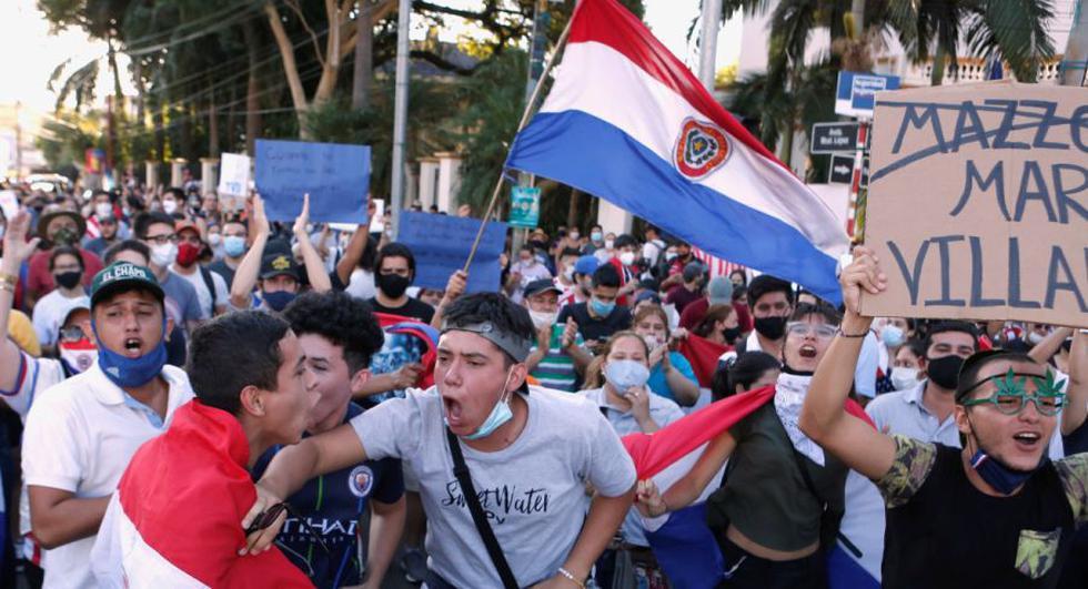 Paraguayos protestan contra las políticas de salud del presidente Mario Abdo Benítez y la falta de vacunas contra el coronavirus (COVID-19) cerca de la residencia presidencial Mburuvicha Roga en Asunción, Paraguay. (Foto: REUTERS / Cesar Olmedo).