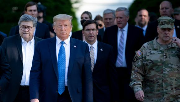 Donald Trump camina con el general William Barr (izquierda), el secretario de Defensa, Mark T. Esper (centro) y el general Mark A. Milley (derecha) en la Casa Blanca. (Foto: AFP)