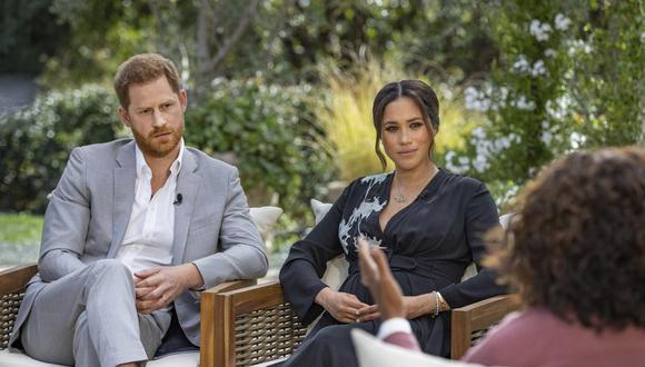 Esta imagen proporcionada por Harpo Productions muestra al príncipe Harry y a Meghan, duquesa de Sussex, conversando con Oprah Winfrey. (Joe Pugliese / Harpo Productions a través de AP).