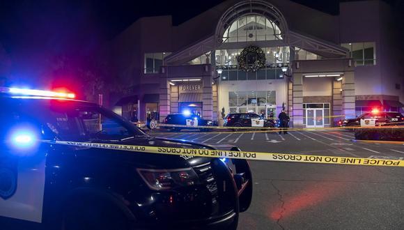 La policía de Sacramento trabaja en el área donde una persona murió y otra resultó gravemente herida en un tiroteo en el Arden Fair Mall. (Paul Kitagaki Jr./The Sacramento Bee vía AP).