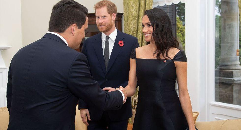 Meghan Markle acompaña al príncipe Harry en una gira de la realeza británica por Australia y Nueva Zelanda. La ocasión fue perfecta para conocer sus esplendorosos vestidos y look real. (Foto: EFE)