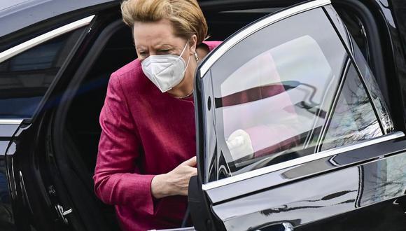 La canciller alemana, Angela Merkel, llega para una sesión del Bundestag, la cámara baja del parlamento de Alemania en Berlín el 16 de abril de 2021. (Foto: Tobias Schwarz/ AFP)