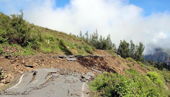 Las labores de limpieza de ambas vías están a cargo de las autoridades locales, informó el Centro de Operaciones de Emergencia Nacional (Foto: referencial)