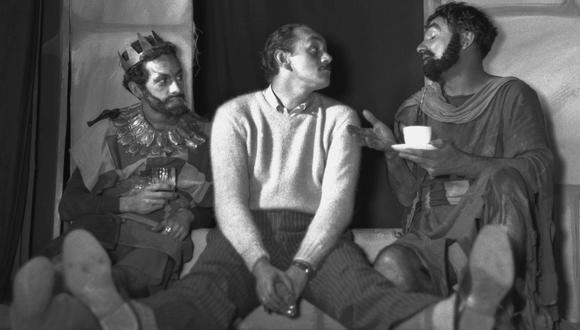 """Tres figuras del teatro peruano: Ricardo Roca Rey (al centro) junto a Ricardo Blume y Luis Álvarez, durante un ensayo de la obra """"Los Caballeros"""" (1955). (Foto: """"Una profunda huella"""")"""