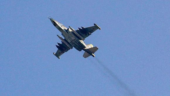 Una fotografía tomada el 1 de febrero de 2018 muestra un avión de combate Sukhoi-25 de la fuerza aérea rusa sobrevolando la ciudad siria de Saraqib, al suroeste de Alepo. (Foto de OMAR HAJ KADOUR / AFP).