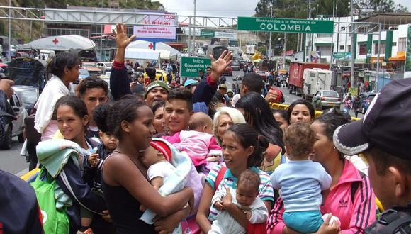 En esta imagen del 26 de agosto, numerosas familias venezolanas están a la espera de poder cruzar la frontera y entrar a Ecuador desde el Paso de Rumichaca, frontera con Colombia. (EFE/ Elías L. Benarroch).