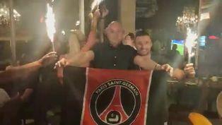 Hinchas del PSG celebran la victoria de su equipo