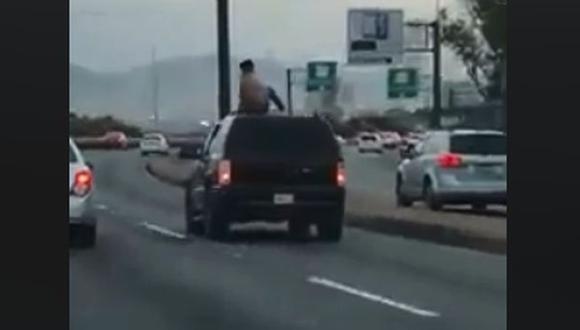 La peligrosa maniobra se registró en la autopista hacia Monterrey en México. (Foto: Captura)