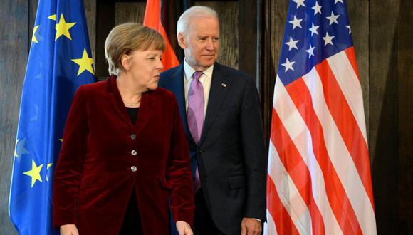 La canciller alemana Angela Merkel y el entonces vicepresidente estadounidense Joe Biden posan para los fotógrafos en Múnich, en el sur de Alemania, el 7 de febrero de 2015. (CHRISTOF STACHE / AFP).