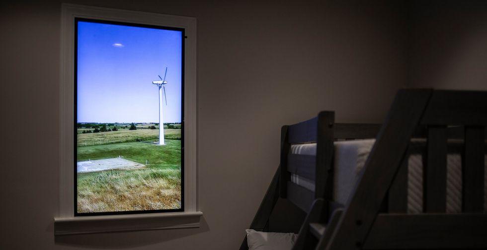 En cada residencia hay pantallas que muestran tomas del exterior como si fueran ventanas. (Chet Strange para The New York Times).