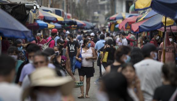 En San Juan de Lurigancho, el mercado del 10 de canto grande sigue abarrotado de comerciantes y clientes. A este lugar, llegó la policía y los militares para tomar las medidas necesarias. Esta fotografía data del 1 de abril del 2020 (Fotos: Anthony Niño de Guzman \ GEC)