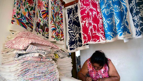 El director creativo de Carolina Herrera utilizó los pájaros y gallos rodeados de árboles y hojas sueltas que caracterizan la laboriosa técnica del bordado Tenango. (Foto: AFP)