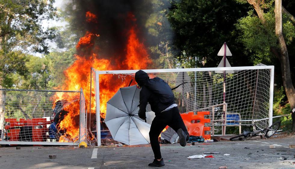 La tensión también se concentró en varias universidades, donde la policía se enfrentó a varios manifestantes que bloqueaban carreteras que llevan a la universidad de Hong Kong. (Foto: Reuters)
