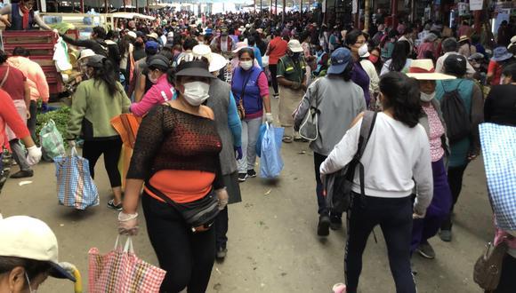 En el mercado Grau de Tacna las personas no cumplen con el respectivo aislamiento social.  (Foto: Ernesto Suárez).