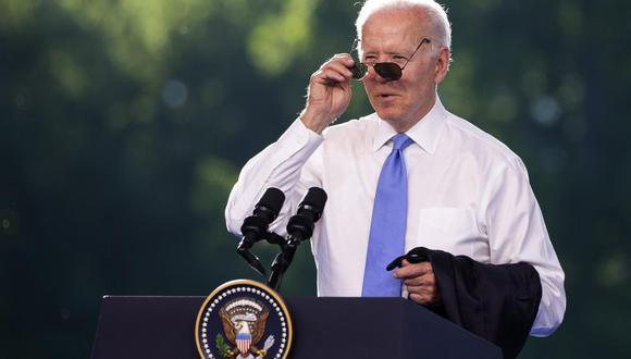 El presidente de Estados Unidos, Joe Biden, se pone las gafas de sol al final de la conferencia de prensa posterior a la cumbre de Ginebra con su homólogo ruso Vladimir Putin. (EFE / EPA / PETER KLAUNZER).