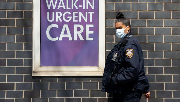 Un guardia de seguridad usa una máscara afuera del Centro Médico Elmhurst en el distrito de Queens, Nueva York. (David Dee Delgado/Getty Images/AFP).