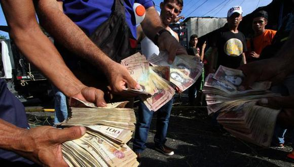 El billete de mayor denominación en Venezuela, el de 20.000 bolívares, apenas vale un dólar en el mercado paralelo.