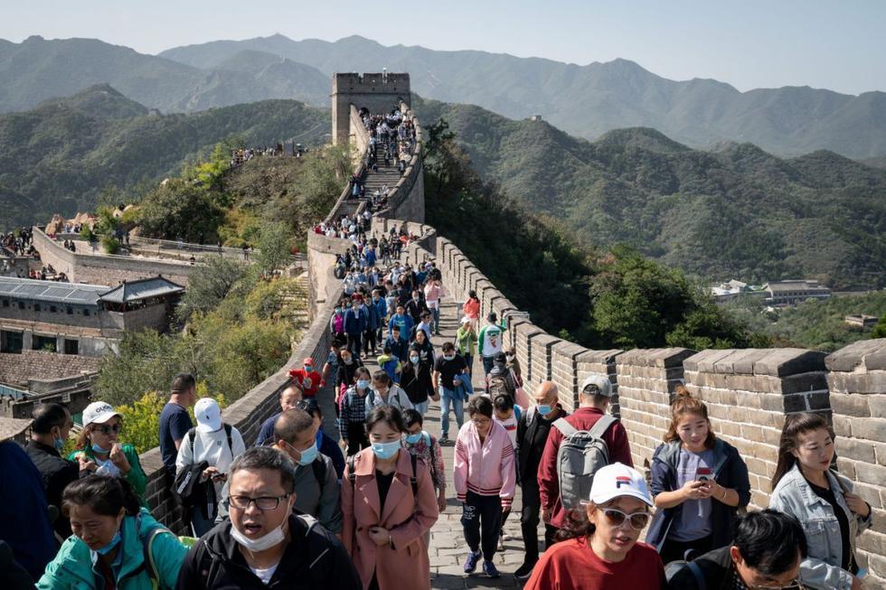 Su construcción tardó más de 2,000 años en completarse y, hoy, es Patrimonio de la Humanidad por la UNESCO. Fue realizada con el objetivo de unir diferentes reinos para proteger al país de las invasiones. Si bien la construcción ha cambiado mucho con el paso de los años, se estima que tiene una longitud de aproximadamente 21,000 kilómetros y su punto más alto mide 1.534 m.s.n.m. Hoy, su función ha evolucionado. Dejó de ser una edificación militar para convertirse en un atractivo turístico y una muestra milenaria de la cultura china.