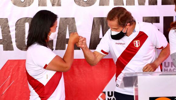 Keiko Fujimori y Carlos Neuhaus en el evento donde se anunció su incorporación al equipo técnico.