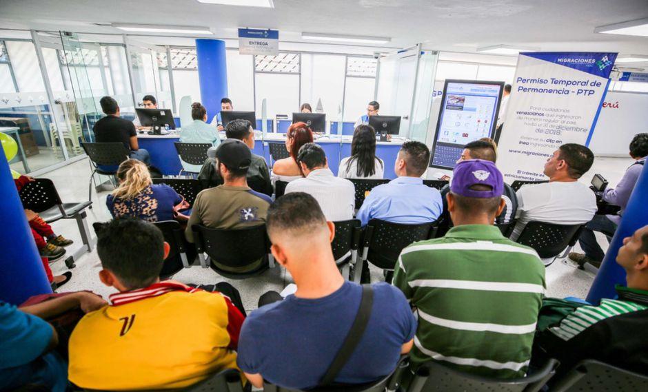 Migraciones otorgó un plazo de 60 días calendario para que los venezolanos con documentación faltante en su trámite para obtener el PTP presenten los mencionados papeles. (Foto: Andina)