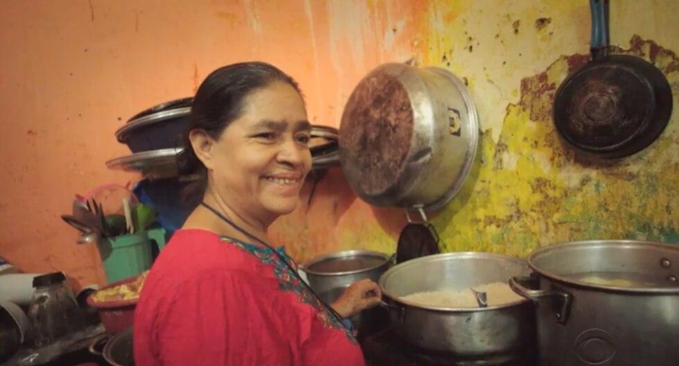 Concepción González, conocida como'Mamá África', dirige una cocina y un albergue en el centro de Tapachula, México, donde recibe a decenas de migrantes que buscan cruzar a Estados Unidos. (CBS)