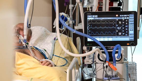 Un paciente de Covid-19 está acostado en la cama de la unidad de cuidados intensivos del hospital AP-HP Avicenne en Bobigny, cerca de París, Francia, el 8 de febrero de 2021. (Foto de BERTRAND GUAY / AFP).