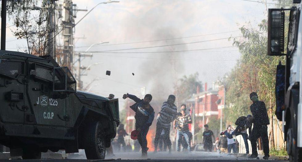 """Las protestas por falta de alimentos comenzaron el lunes en la comuna de El Bosque y se replicaron dos días después en La Pintana, dos de los barrios más pobres de la capital chilena donde la frase """"tenemos hambre"""" se repitió entre los manifestantes. (Foto: REUTERS/Ivan Alvarado)."""