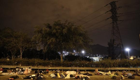 Cientos de personas permanecen apostadas en las carreteras. (Foto: Renzo Salazar | GEC)