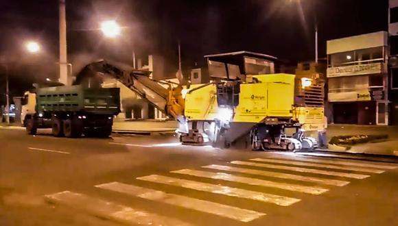 En una extensión de 2 kilómetros se retirará la capa superficial deteriorada y luego se procederá a la limpieza de la zona a trabajar; posteriormente se colocarán un riego de liga y la nueva carpeta asfáltica. (Foto: Municipalidad de Lima)