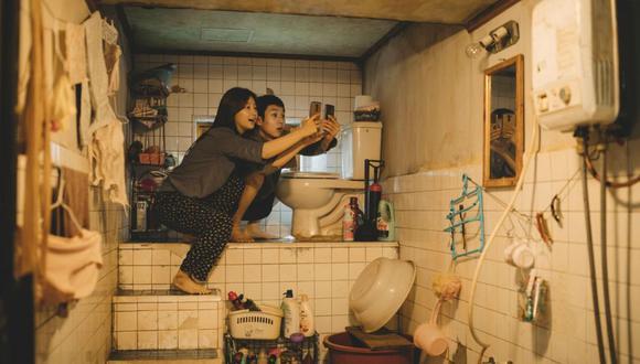 """Los escenarios de """"Parásitos"""" (una lujosa mansión y una precaria vivienda subterránea) acentúan las distancias sociales que separan a los protagonistas."""