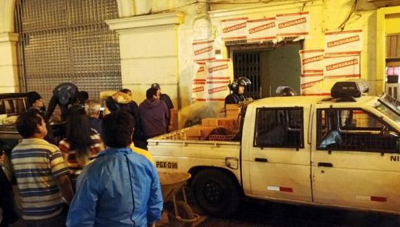 Jirón de la Unión: ingreso a edificio con bares es tapiado