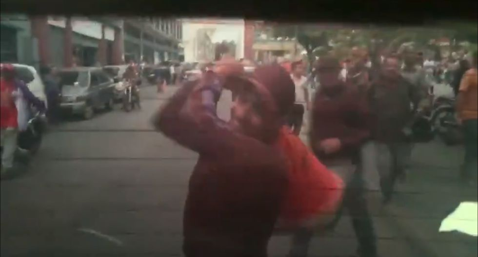 Un hombre golpeó la parte trasera del auto donde iban los diputados con un cono de tránsito. (Foto: Captura de video)