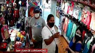 SJL: cámaras registraron a pareja de 'tenderos' en tienda de ropa para niños