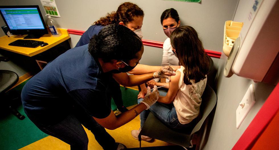 La estudiante Elise Robinson recibe su primera dosis de la vacuna Pfizer contra el coronavirus en Decatur, Georgia. Ella está en el grupo de 12 a 15 años. (AP Photo/Ron Harris)