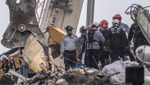 Personal de búsqueda y rescate trabaja bajo la lluvia entre los escombros del condominio Champlain Towers South en Surfside, Florida. (Foto de Giorgio Viera / AFP).