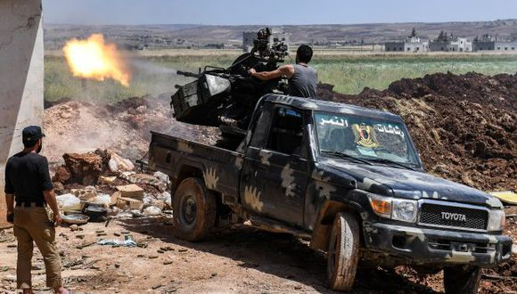 El asalto se produjo en un sector cercano a la localidad de Mleiha Al Atsh. En la foto, un soldado sirio dispara un arma antiaérea en la aldea de al-Jabiriya en el campo al norte de la provincia de Hama. (Foto: AFP)