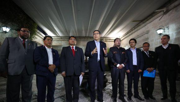 Presidente Martín Vizcarra se reunión en la Biblioteca Mario Vargas Llosa con los gobernadores de la Macro Región del Sur. (Foto: Andina)