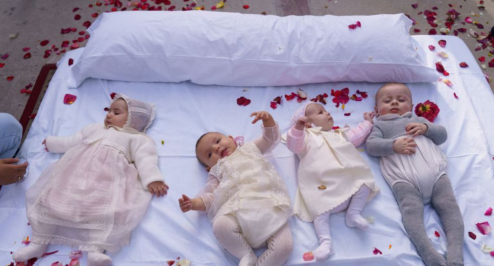 Babies lie on a mattress in the street during 'El salto del Colacho', the baby jumping festival in the village of Castrillo de Murcia, near Burgos on June 3, 2018 - Baby jumping (El Colacho) is a traditional Spanish practice dating back to 1620 that takes place annually to celebrate the Catholic feast of Corpus Christi. During the act - known as El Salto del Colacho (the devil's jump) or simply El Colacho - men dressed as devils jump over babies born in the last twelve months of the year who lie on mattresses in the street. (Photo by CESAR MANSO / AFP)