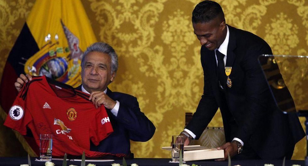 Antonio Valencia recibiendo una distinción en manos del presidente de la República de Ecuador. (Foto: EFE)