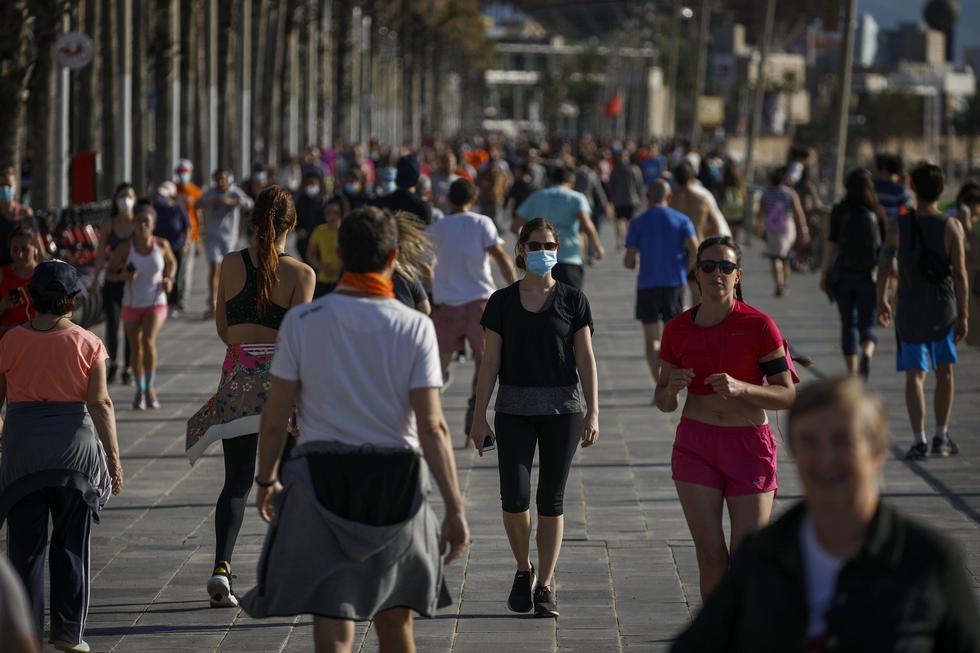 La gente se ejercita durante un paseo cerca del mar en Barcelona, España, país que empieza a levantar de manera gradual el confinamiento por coronavirus. (Foto AP / Emilio Morenatti).