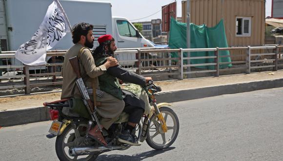 Los combatientes talibanes se desplazan en una motocicleta por Kabul el 16 de agosto de 2021, después de un final asombrosamente rápido de la guerra de 20 años en Afganistán. (AFP).