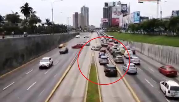 Un fila de vehículos invadió el carril exclusivo del Metropolitano con dirección al Centro de Lima esta tarde. (Foto: Captura @jsanchezpovis)
