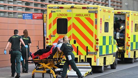 Paramédicos trasladan a un paciente al Royal London Hospital en el este de Londres el 3 de enero de 2021. (Foto de JUSTIN TALLIS / AFP).
