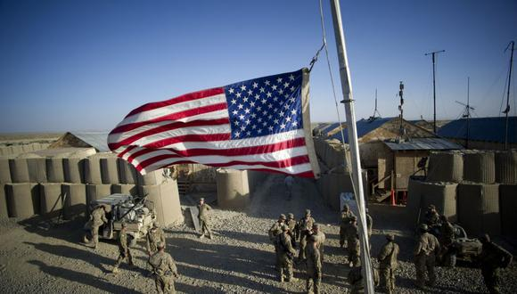 La bandera de Estados Unidos ondea a media asta para recordar a las víctimas del 11 de setiembre en la base de operaciones avanzada en Kuschamond, Afganistán. (Foto: Johannes EISELE / AFP).