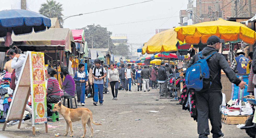 El mercado 10 de Canto Grande, en San Juan de Lurigancho, es una de las áreas con mayor concentración de ambulantes en la capital. (Foto: Rolly Reyna / El Comercio)