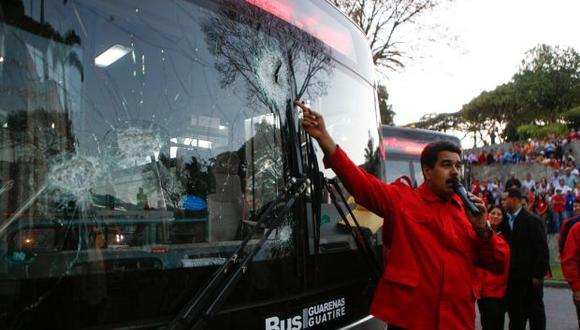 Maduro muestra autobuses atacados en manifestaciones