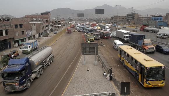 El tránsito de la Vía de Evitamiento fue restringido por las labores de limpieza tras el derrame de aceite. (Foto: Renzo Salazar / GEC)