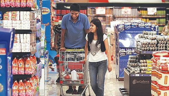 Los consumidores optan por ir a varios canales para encontrar ofertas y este 2019 se ha visto un incremento de 10% en la compra de marcas económicas. (Foto: Archivo El Comercio)